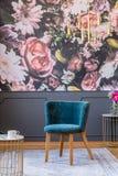 Синь обила стул с деревянными ногами на сером половике в eleg стоковые фото