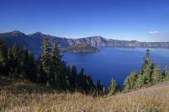 Синь озера кратер стоковые изображения rf
