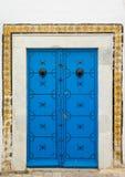 Синь постарела дверь с орнаментом и плитки от Sidi Bou сказали Стоковые Изображения