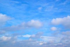 синь предпосылки заволакивает небо Стоковое Фото
