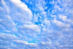 синь предпосылки заволакивает небо Стоковая Фотография