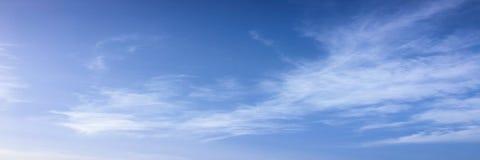 синь предпосылки красивейшая заволакивает небо Небо с синью облака природы погоды облаков синь заволакивает солнце неба стоковая фотография rf