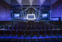 синь предводительствует древесину таблицы конференц-зала Стоковая Фотография RF