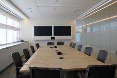 синь предводительствует древесину таблицы конференц-зала Стоковые Фотографии RF
