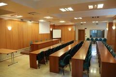синь предводительствует древесину таблицы конференц-зала Стоковые Фото