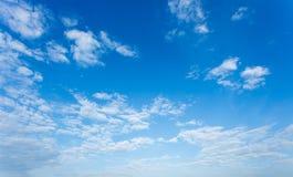 синь предпосылки заволакивает небо Стоковая Фотография RF