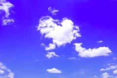 Синь предпосылки неба с белыми облаками Стоковые Изображения
