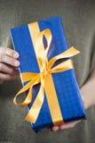 Синь присутствующая в женских руках Стоковая Фотография RF