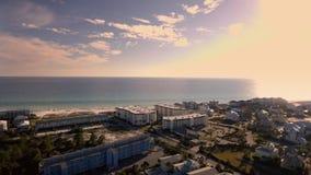 Синь пляжа океанских волн побережья Шикарный сценарный взгляд путешествует вдоль тропического побережья съемка фокусирует на крис видеоматериал