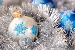 Синь, серебряные шарики орнамента рождества, и украшение серебряной ели Стоковая Фотография