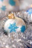 Синь, серебряные шарики орнамента рождества, и украшение серебряной ели Стоковые Фото