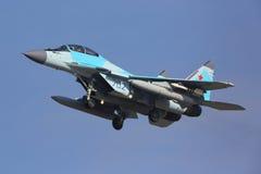 СИНЬ Mikoyan Gurevich MiG-35 702 русской посадки военновоздушной силы на авиапорте Zhukovsky - Ramenskoe Стоковые Изображения
