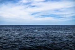 Синяя вода с солнечным, облачное небо океана в открытой воде в Южной Корее Стоковое Фото