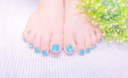 Синяя зеленая заполированность геля на toenail с милым дизайном стоковое фото