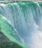 Син на Ниагарском Водопаде стоковые фото