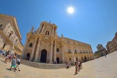 СИРАКУЗ, ИТАЛИЯ - АВГУСТ 2015: туристы и locals посещают главную площадь Аркаду del Duomo в Ortigia, Сиракузе, Италии Ortigia s стоковая фотография