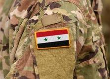 Сирийский флаг на солдатах подготовляет Армия Сирии Сирийские войска стоковое изображение rf