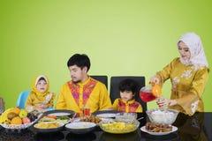 Сироп азиатской женщины лить для ее семьи стоковые фото