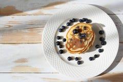 сироп блинчиков клена голубик помадка завтрака стоковое изображение rf