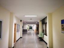 Сиротливая больница поздно вечером стоковые изображения rf