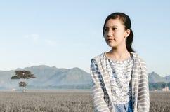Сиротливая девушка в поле Стоковые Фотографии RF