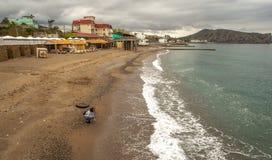 Сиротливая девушка на пляже в море стоковые изображения rf