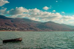 Сиротливая деревянная шлюпка в озере Ohrid на солнечный день стоковые изображения rf