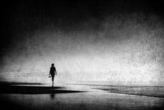 Сиротливая женщина идя на пляж с grungy текстурами стоковая фотография