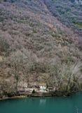 Сиротливая кабина рекой стоковая фотография rf