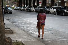 Сиротливая красивая женщина идя на улицу стоковые фотографии rf
