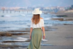 Сиротливая привлекательная женщина на пляже стоковое фото