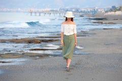 Сиротливая привлекательная женщина на пляже стоковое изображение rf