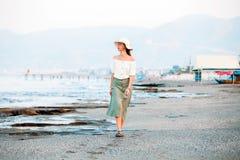 Сиротливая привлекательная женщина на пляже стоковая фотография