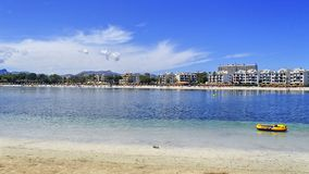 Сиротливая раздувная шлюпка в заливе Alcudia на isla праздника стоковые фото