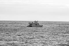 Сиротливая шлюпка в середине океана Стоковые Фотографии RF
