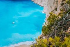 Сиротливая яхта катамарана в голубом заливе пляжа Navagio Лазурная картина морской воды бирюзы около песчаного пляжа рая известно Стоковое Изображение RF