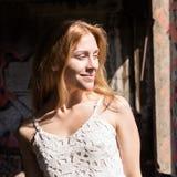 Сиротливая blondy женщина в блузке whit просвечивающей в покинутом здании стоковое фото rf