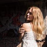Сиротливая blondy женщина в блузке whit просвечивающей в покинутом здании стоковые фото