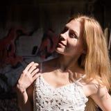 Сиротливая blondy женщина в блузке whit просвечивающей в покинутом здании стоковое изображение