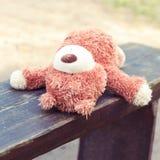 Сиротливое покинутое на игрушке плюшевого медвежонка деревянной скамьи сиротливой Стоковые Изображения