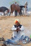 Сиротливое утро вокруг огня на Pushkar справедливом Стоковая Фотография