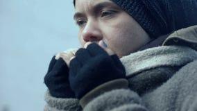 Сиротливый женский беженец страдая холодный outdoors, образ жизни попрошайки, беспомощность стоковые фотографии rf