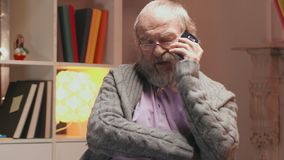 Сиротливый пожилой человек вызывает машину скорой помощи жалуясь о головной боли сток-видео