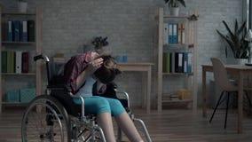 Сиротливый, разочарованный и грустный ребенок-инвалид в комнате сток-видео