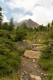 Сиротливый след в горных вершинах Стоковые Фото