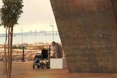 Сиротливый старик отдыхая на стенде Стоковая Фотография