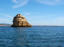 сиротливый утес океана стоковая фотография rf