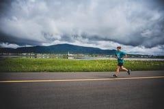 Сиротливый человек водя группу в составе бегуны 10K Стоковая Фотография RF