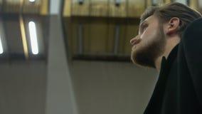 Сиротливый человек ждет кто-то в метро видеоматериал