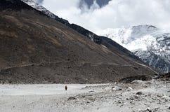 Сиротливый человек идет к базовому лагерю идет гора острова пиковая стоковое фото rf